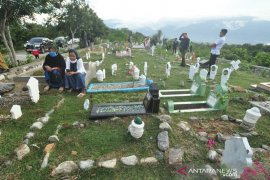 Tabur bunga pemakaman massal korban bencana Palu Page 2 Small