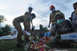 Tabur bunga pemakaman massal korban bencana Palu Page 1 Small