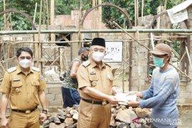 Berkunjung ke Sindawak, Bupati HSS serahkan bantuan