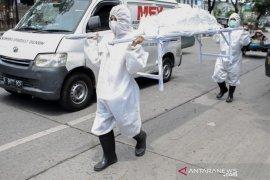 Polisi bawa pocong saat razia masker di Kota Medan