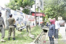 Bawaslu Bangka Barat tertibkan APK pasangan calon peserta Pilkada 2020