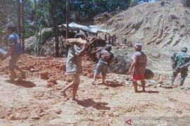 Akses jalan TMMD tertimbun longsor di Tarabintang Humbahas, emak-emak hingga kaum bapak serentak bantu TNI