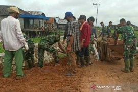 Tim medis dampingi warga dan prajurit di lokasi TMMD