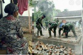 Rumah Janda dibongkar TNI dan warga