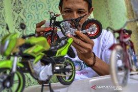 Miniatur sepeda motor dari limbah