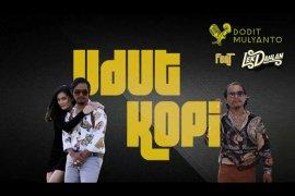 "Dodit Mulyanto jajal tarik suara lewat lagu ""Udut Kopi"""