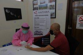 Pewarta/staf LKBN ANTARA Biro Bali lakukan tes cepat COVID-19