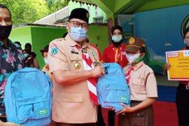 Alfamart bagikan seratusan paket perlengkapan siswa SD Bondowoso