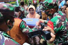 Aslat Kasad dan Dansatgas TMMD bagikan paket Sembako ke warga