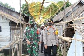 Video - Kapolres HSU bagikan masker di Kampung Tangguh Banua