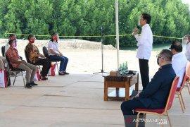 Presiden Jokowi ingatkan bantuan modal kerja jangan untuk beli ponsel