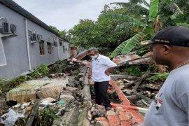 Dua bocah tewas setelah tembok pembatas rubuh dan menimpa rumah keluarganya