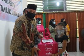 Pemkab Tanjabbar salurkan paket bantuan spesifik perempuan dan anak