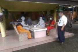 Belasan warga Desa Ara Condong Langkat di-rapid test setelah ada yang positif COVID-19