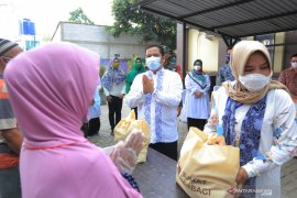 Komunitas Jumat berbagi salurkan 300 paket bansos di Tangerang