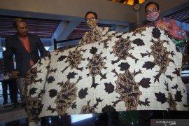 Hari Batik Nasional di Surabaya