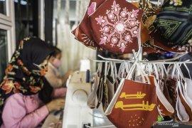 Tips cantik dan apik mengenakan busana dan masker batik