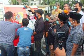 Plt Bupati-Bawaslu Jember tutup gambar cabup petahana di ambulans desa