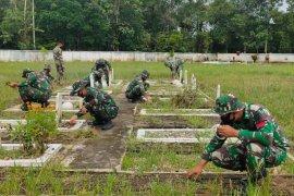 TNI bersihkan Makam Pahlawan Manalo Marajuang Putussibau