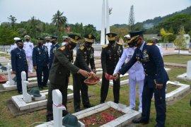 Puluhan prajurit TNI bersihkan TMP Manalo Marajuang Putussibau