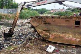 Pasukan Kepiting Muara Bekasi bertugas cegah sampah dari perbatasan