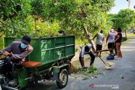 Kelurahan Renon-Denpasar lakukan pemangkasan pohon perindang