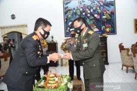 Danrem Antasari dapat kejutan tumpeng dari Kapolda di momen HUT TNI
