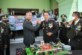 Kapolresta Banjarmasin sambangi Kodim 1007 beri kejutan HUT TNI