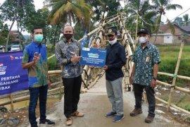 Karyawan dan pelanggan XL Axiata danai pembangunan jembatan desa