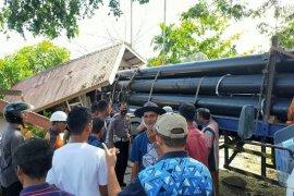 Mobil box senggol mobil traktor hingga seruduk ruko warga di Aceh Timur
