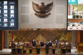 Politik kemarin, DPR setujui UU Ciptaker sampai survei kepuasan Jokowi