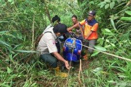 BPBD Tanah Datar evakuasi bangkai vespa yang jatuh di kedalaman 70 meter