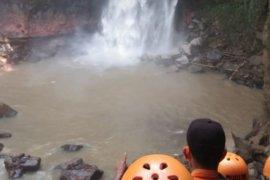 Endi Fernando hanyut di air terjun setelah berupaya menyelamatkan dua rekannya