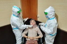 Pegawai dan anggota DPRD Kota Serang tes swab COVID-19