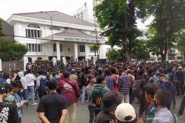 Polisi amankan 10 orang buntut aksi massa di DPRD Jabar rusuh