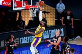 28 poin yang diciptakan LeBron James  membuat Lakers di ambang juara NBA