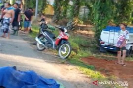 Truk pengangkut BBM tabrak bebek, seorang perempuan  meninggal tergilas