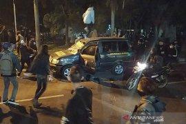 Aksi massa rusuh, mobil polisi dirusak