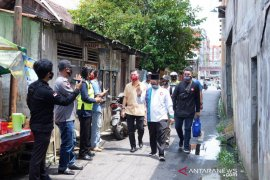 Ibnu-Arifin sambangi Gang Kenari seraya menjelaskan rencana perbaikan drainase