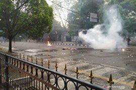 Aksi di Bandung kembali rusuh, polisi tembakan gas air mata