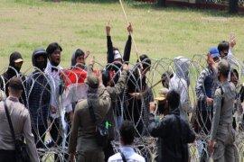 Aksi demo di kantor Pemprov Lampung Page 4 Small