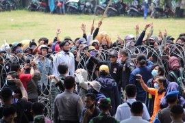 Aksi demo di kantor Pemprov Lampung Page 2 Small