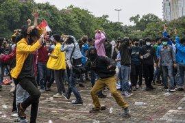 Aksi Tolak Omnimbus Law di Palembang Berakhir Ricuh Page 8 Small