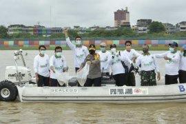 Peringati Hari Lingkungan Hidup, PJs Gubernur Jambi lepas 2.020 bibit Ikan di Sungai Batanghari