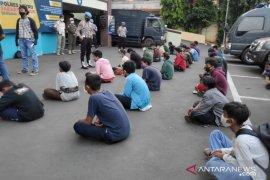 Polisi hadang truk berisi rombongan unjuk rasa remaja di Jaktim
