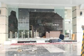 Gedung Kementerian ESDM di Jakarta Pusat dirusak massa