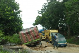 Truk pengangkut cangkang kelapa sawit tersangkut akibatkan macet jalan Tanjung Pauh