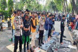 Kapolresta Banjarmasin shalat bersama mahasiswa saat aksi demo