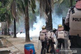 Polisi menembakkan gas air mata bubarkan massa aksi