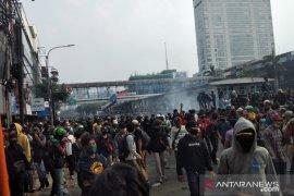 Ribuan pendemo tolak UU CIpta Kerja kabur ke arah Jalan Gajah Mada